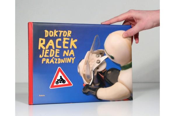 Doktor Racek jede na prázdniny